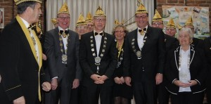 Hans-Josef Pütz (Mitte) wurde zum 44. Ritter des KC Schwarz-Gold Kerpen ernannt. Dr Lehrer setzt sich für die Pflege des kölschen Dialekts ein